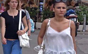 【街中盗撮動画】ノーブラで乳首モロ浮きしてるのに堂々と街を歩く女性達