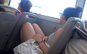 【バス内盗撮動画】行儀悪くバス内で座ってた若くて綺麗な女の子の股間を隠し撮り