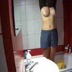 【民家風呂盗撮動画】ユニットバスの中で服を脱ぐ美乳の女の子