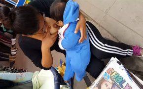 【街中盗撮動画】街中で授乳しながら新聞を販売するメガネの熟女