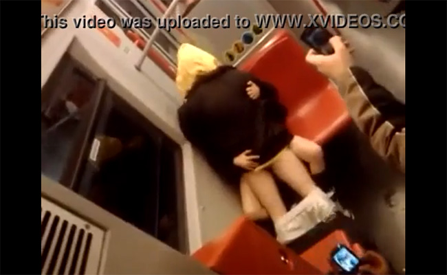 【カップル盗撮動画】地下鉄車内で堂々とセックスする若いカップル