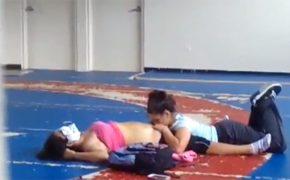 【レズビアン盗撮動画】室内運動場らしき場所で彼女のマンコを舐める女性