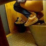 【トイレ盗撮動画】便器の上にしゃがんで用を足す行儀の悪い女の子
