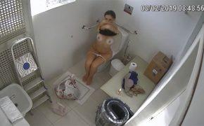 【公衆トイレ盗撮動画】何故か全裸になって用を足しつつ着替える女の子