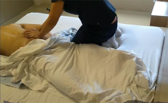 【出張マッサージ盗撮動画】上下紺色の真面目そうな服装なのに性的サービスしてくれる女性