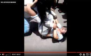 【素人キャットファイト動画】三角締めを狙う女性服を引っ張られておっぱい露出させられる