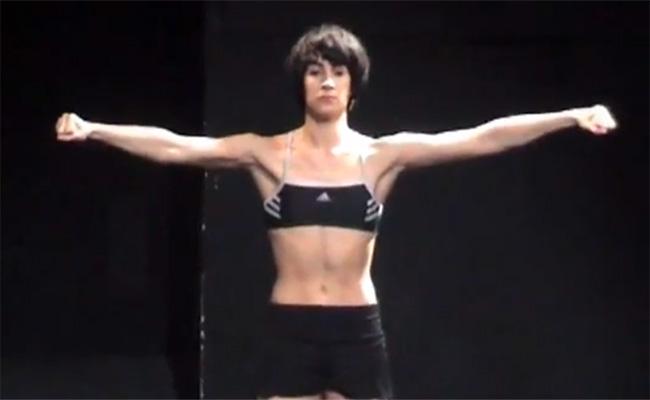 【アート系動画】陸上選手みたいな格好と体型の女性、唐突に全裸になる