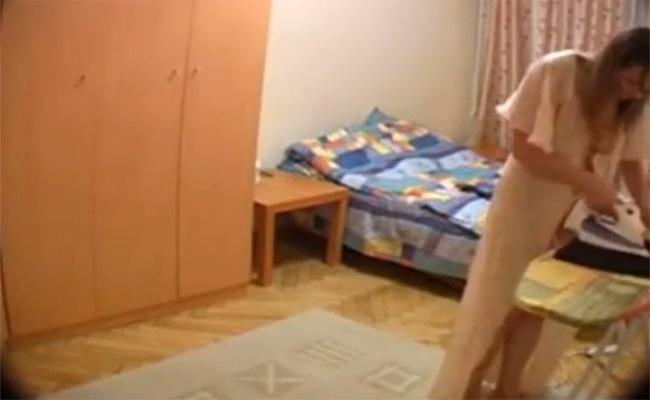 【民家盗撮動画】アイロンがけからの全裸になってお着替え、そんな日常風景