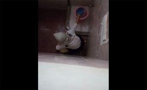 【トイレ盗撮動画】足元を常に水が流れるタイプの水洗トイレで用を足す女性