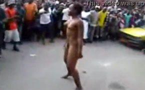 【街撮り】真昼間に交通量の多い路上で全裸になって踊る黒人女性をスマホで隠し撮り