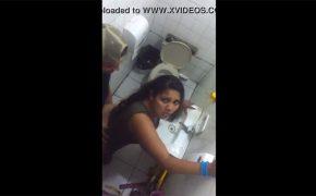 【トイレ盗撮動画】個室内でセックスしてたカップル撮ってたらバレる