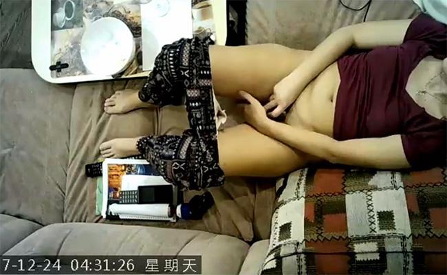 【民家盗撮動画】リビングのソファーでオナニーする熟女