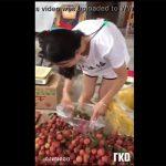 【街撮り盗撮動画】果物売ってたお姉さん、ノーブラで乳首がモロに見えてしまう