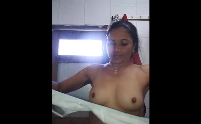 【生放送】インド人女性が日常の着替え風景をネットで配信