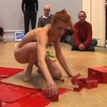 【前衛芸術ヌード動画】全裸で性器に毛髪等のような物を貼り付け横たわる女性