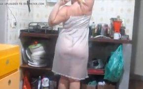 【個人撮影】スケスケベビードール姿で家事をするぽっちゃり熟女