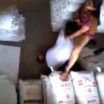 【民家盗撮動画】倉庫でセックスしてるカップルが監視カメラに撮られてしまう