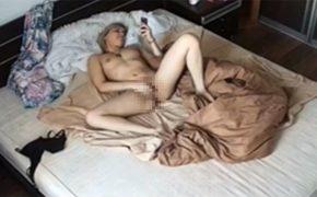 【ロシア民家盗撮動画】ベッドの上でスマホで何かを見ながらオナニーするロシア人女性