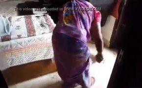 【セクハラ証拠動画】真面目に掃除をしているメイドにチンコを露出してみた