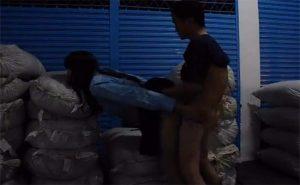 【カップル盗撮動画】ナニカが山積みされた倉庫みたいな場所でハメるカップル