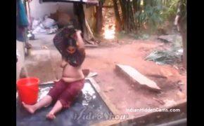 【インドの日常盗撮動画】洗濯からの水浴びをする熟女