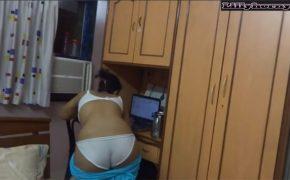 【民家盗撮動画】自室にてPC等を見つつダラダラと着替える女性