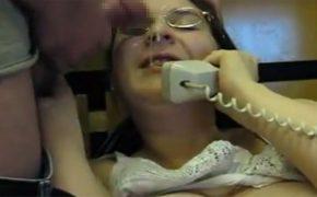 【リアル寝取られ動画】顔にザーメンかけられつつ彼氏もしくは旦那と電話する女性