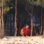 【オシッコ盗撮動画】木陰でオシッコするインド人の熟女