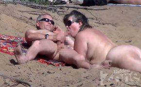 【ヌーディストビーチ盗撮動画】周りに人が居るのについ旦那のチンコを口に含んでしまう奥様