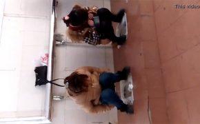 【中国トイレ盗撮動画】仕切りもドアも無いフルオープン状態で用を足す女性達