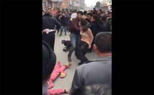 【中国街中盗撮動画】何故かパンツを脱いで警察官に掴みかかる女性