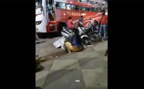 【路上盗撮動画】ケツ丸だしで地べたに座ってたぽっちゃり女性