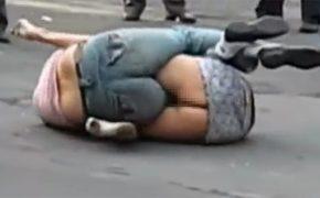 【キャットファイト盗撮動画】真昼間の大通りにてケツ丸だしで取っ組み合う女性達