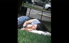 【街中盗撮動画】おっぱい放り出した格好で芝生にて日光浴を楽しむ若い女性