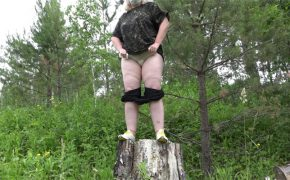 【野外オシッコ動画】完全に「オバちゃん」と化している太った熟女が森の中で放尿