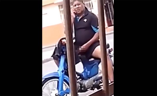 【キチ●イ盗撮動画】真昼間の路上で原付に跨り、誰かとスマホで会話しつつペニスをしごくおっさん
