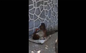 【衝撃映像】真昼間の路上でスマホ見ながらシコるホームレス