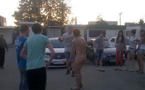 【アル中観察動画】明るいうちから飲んだくれて全裸になり徘徊するオッサン・・・街中の笑いものにされる