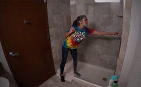 【民家風呂盗撮動画】ファンキーなタイダイTシャツを着た女性の入浴風景