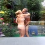 【民家盗撮動画】自宅の庭でプールしつつファックする熟年夫婦