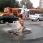 【街撮り盗撮動画】真昼間に街中で全裸になり、噴水で身体を洗う薬物中毒者の女性・・・・
