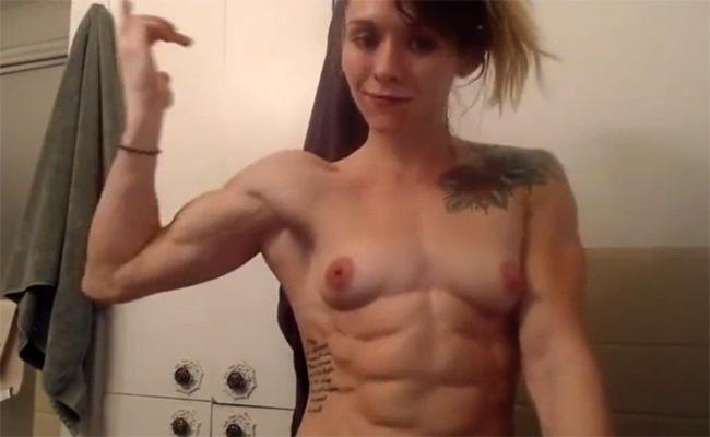 【アダルトライブチャット動画】鍛え上げた自慢の肉体を誇らしげに見せる女性