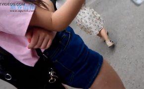 【ザーメンぶっかけ盗撮動画】ミニスカ女性の生足にこっそりザーメンぶっかける男