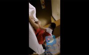 【出張マッサージ盗撮動画】マスクをした中国人女性がチンコをいじる様子