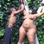 【凸凹カップル】ガリガリ黒人男性と激ぽちゃ黒人女性の野外SMプレイの様子