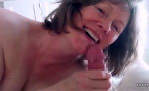 【個人撮影】実の母親に口でヌいて貰う息子