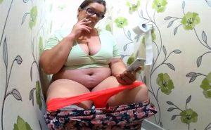 【民家トイレ盗撮動画】なんと言う風格・・・咥えタバコでスマホいじりつつ用を足す巨漢な熟女