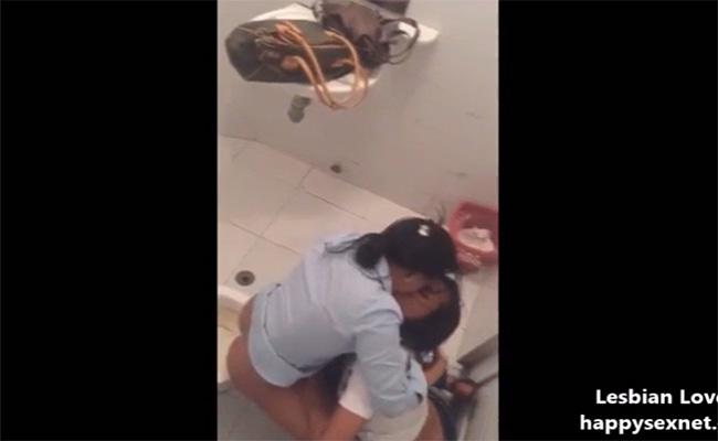 【公衆トイレ盗撮動画】レズビアンカップルが個室内でイチャつく様子