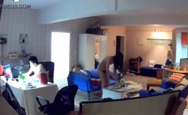 【民家盗撮動画】全裸で日常生活を送るカップルの様子
