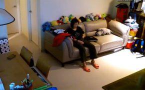 【民家盗撮動画】スウェットに手を突っ込んでいじくる熟女